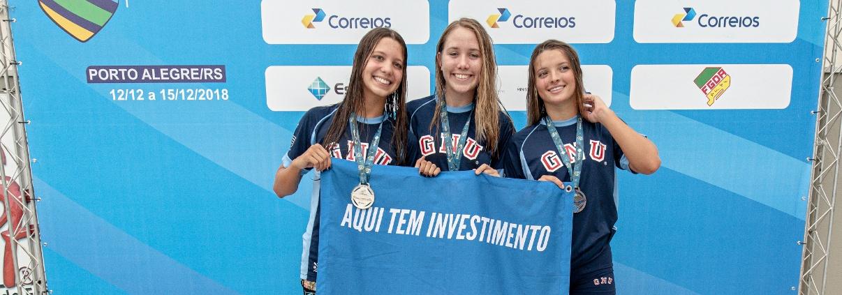Nadando em casa Grêmio Náutico União faz pódio completo nos 800m livre feminino categoria Juvenil 1, e atletas do Curitibano batem recordes brasileiro